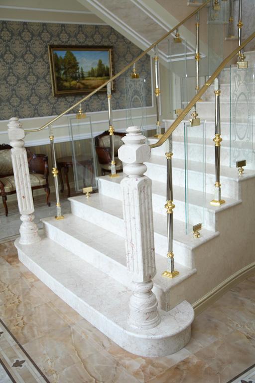 Ступени из мрамора или гранита – что лучше выбрать для лестниц