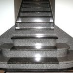 [:ru]Лестницы с гранитными ступенями – лучшее решение для вашего дома![:ua]Сходи з гранітними сходинками – найкраще рішення для вашого будинку![:]